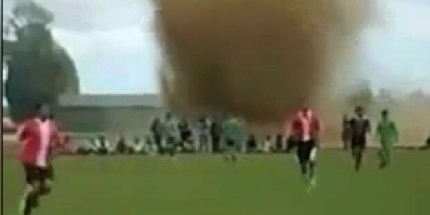 Tornado fegt über Fußballfeld