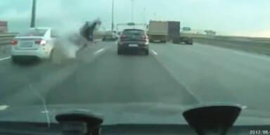 Brutal: Biker fährt mit Vollgas auf Autoheck auf