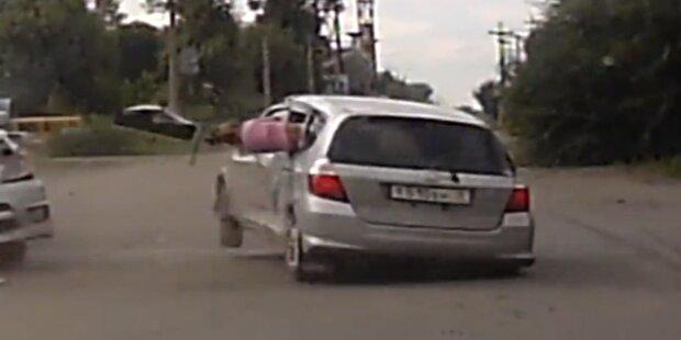 Autounfall: Kind fliegt aus Rückfenster