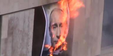 Pussy Riot verbrennen Putin-Portrait