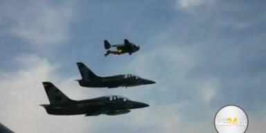 'Jetman' fliegt mit zwei Düsenjets in Formation
