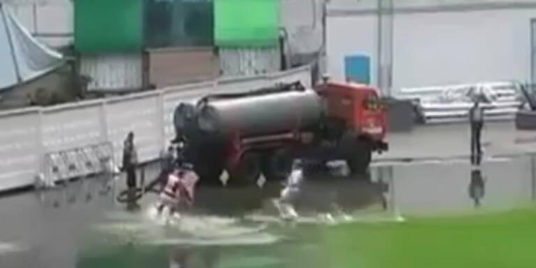 Kasachstan: Fussballspiel trotz Hochwasser