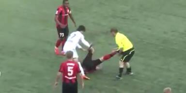 Linienrichter prügelt auf Spieler ein