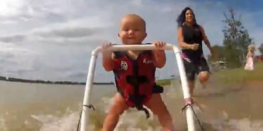 Baby lernt Wasserski fahren