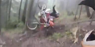 Biker wirft Motorrad auf Kollegen