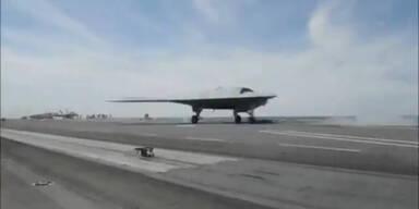 Stealth Drohne startet von Flugzeugtraeger