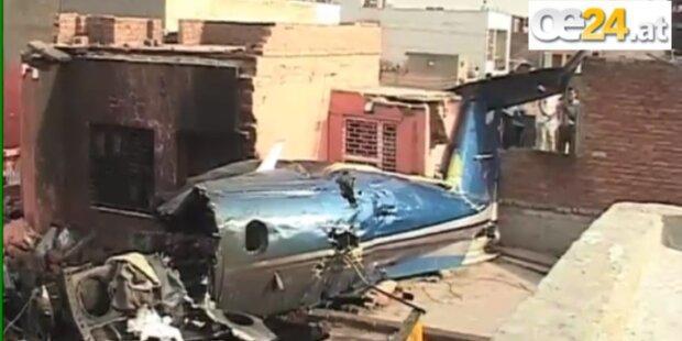 Rettungsflugzeug stürzt auf Wohngebäude