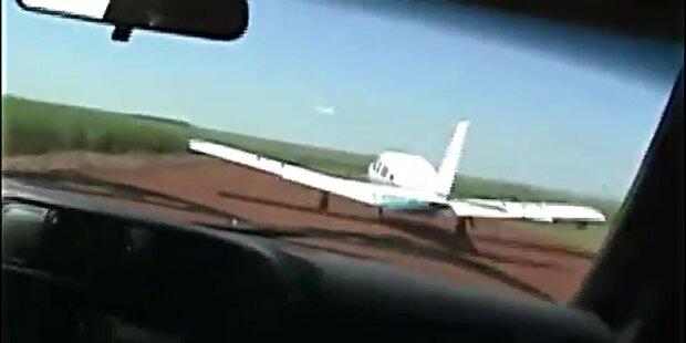 Polizisten rammen Drogenflugzeug