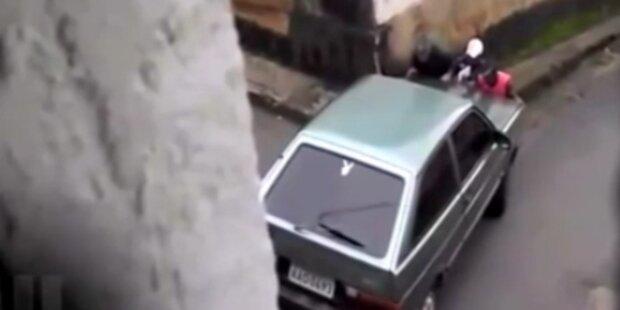 Unbemanntes Auto rast den Berg hinunter
