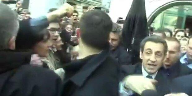 Sarkozy muss vor Demonstranten flüchten
