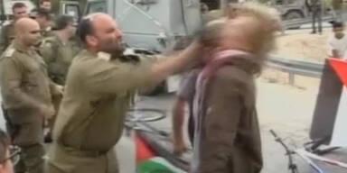Israelischer Offizier schlägt Aktivisten