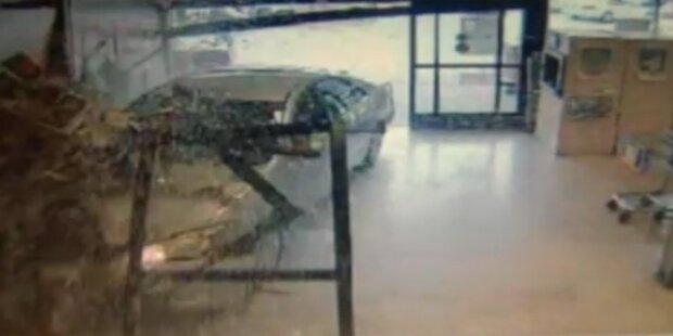 76-Jährige rast mit Auto in Supermarkt