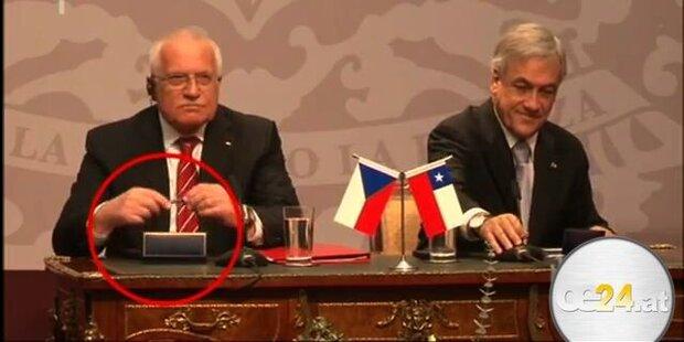 Präsident Klaus stiehlt vor laufender Kamera
