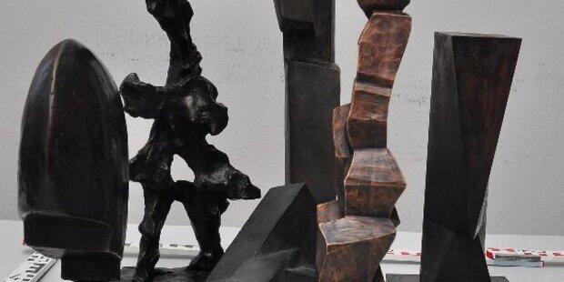 Kunstliebhaber stahl Skulpturen während Freigang