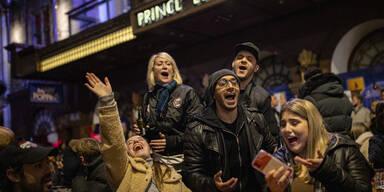 So ausgelassen feiern die Briten die Pub-Öffnungen