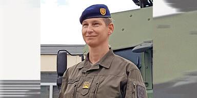 Erste Frau führt ein Regiment