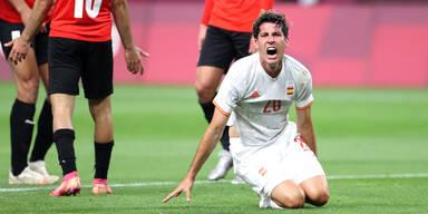 Juan Miranda (Spanisches Fußball-Olympiateam) kniet mit schmerzverzerrtem Gesicht am Rasen.