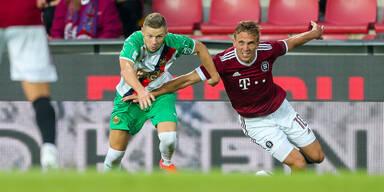 Maximilian Ullmann (Rapid) gegen Borek Dockal (Sparta Prag) im Zweikampf