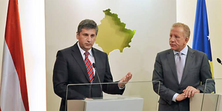 Österreichs Außenminister Michael Spindelegger mit dem Kosovarischen Präsidenten Behgjet Pacolli in Pristina.
