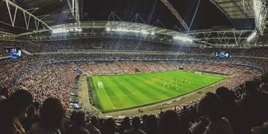 Gefülltes Fußballstadion.