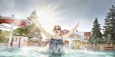 Dicke Frau mit Sonnenbrille im Schwimmbad