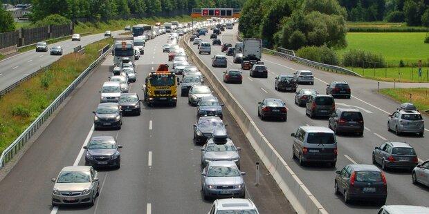 Stau nach schwerem Unfall auf der A4