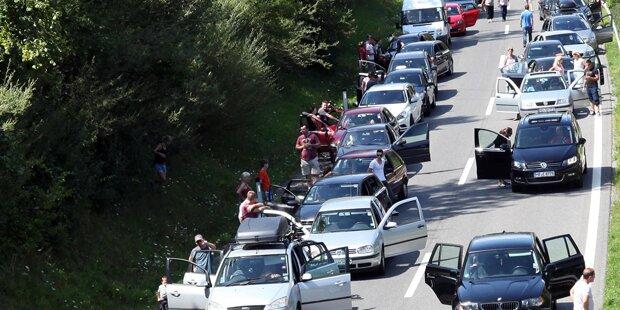 Pinkel-Pause: Eltern vergessen Söhne auf Autobahn