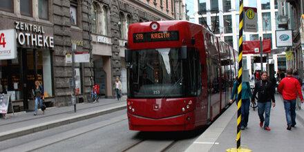 Zwei Frauen von Straßenbahn erfasst