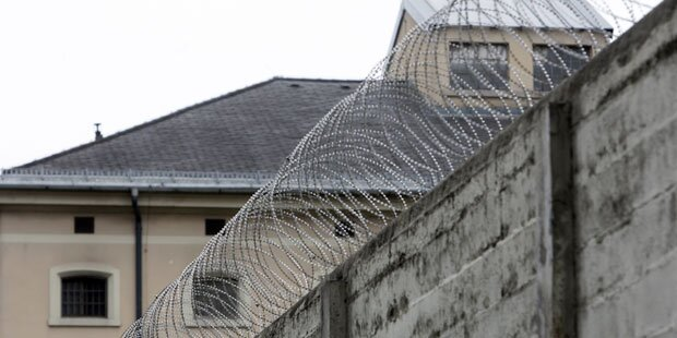 Häftling sticht Kontrahenten mit Messer nieder