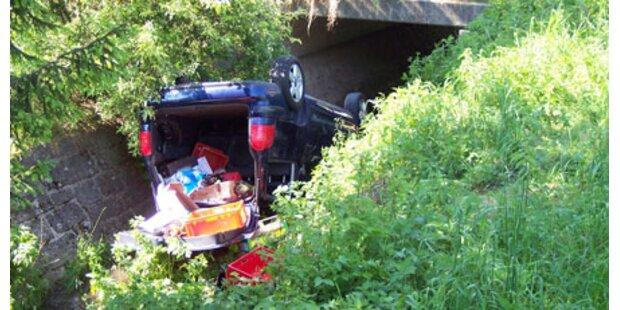 Pkw landet nach Unfall im Bachbett
