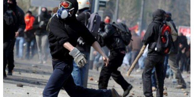 Polizei bewarf NATO-Gegner mit Steinen