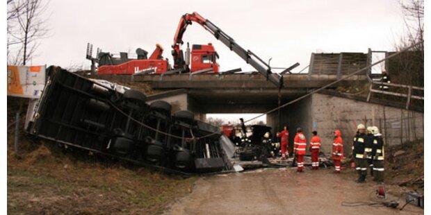Lkw von Autobahn-Brücke gestürzt