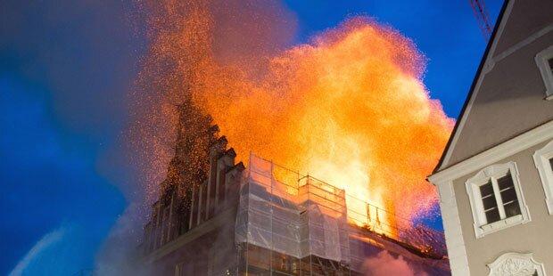 Großfeuer fackelt Rathaus von Straubing ab