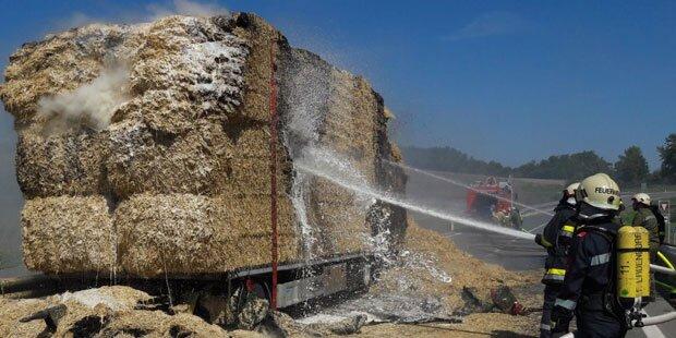 Lkw-Anhänger mit Stroh abgebrannt