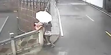 Passanten retten Frau vor Selbstmord