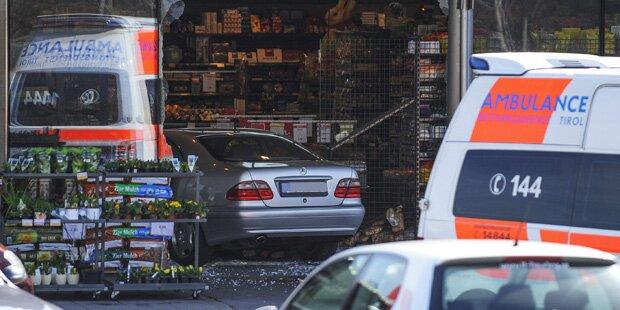 Pensionist (77) kracht mit Auto in Supermarkt