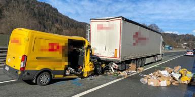 Tödlicher Verkehrsunfall: Paketzusteller prallte ungebremst gegen LKW