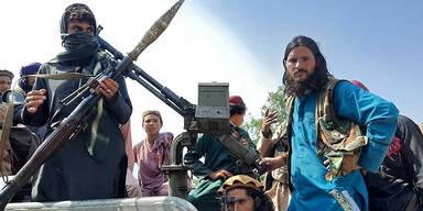 Taliban hängen Leichen auf Kränen auf