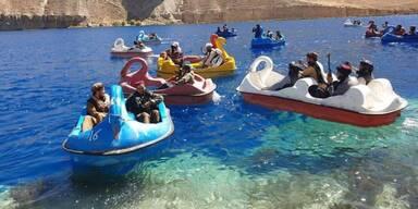 Taliban im Tretboot unterwegs
