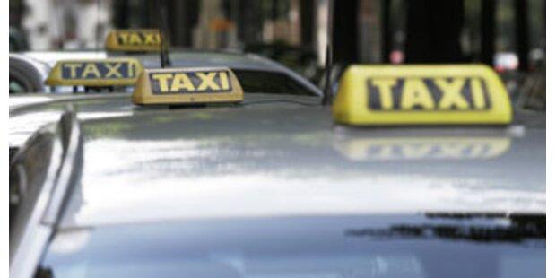 Voll besetztes Tiroler Taxi rammt PKW