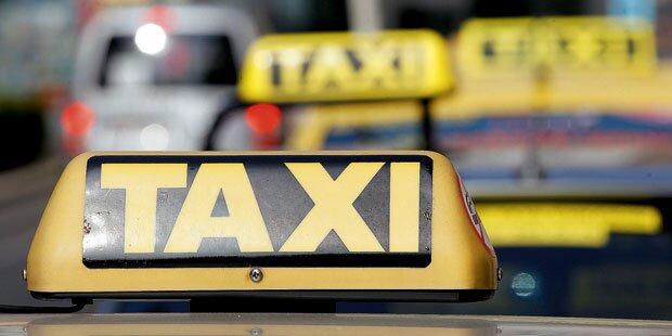 Taxlerin findet Kuvert mit 20.000 Euro im Wagen