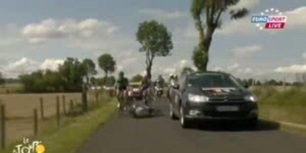 Begleitwagen fährt Radprofis um