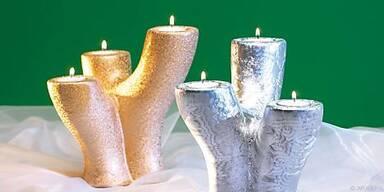 Teelichter bringen künstlichen Schnee zum Glitzern
