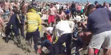 Jugendlicher lebendig im Sand begraben