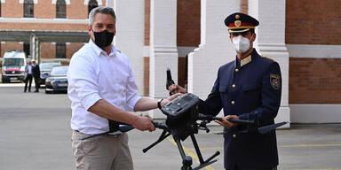 Nehammer übergib die ersten Drohnen an Landespolizeidirektor Martin Huber