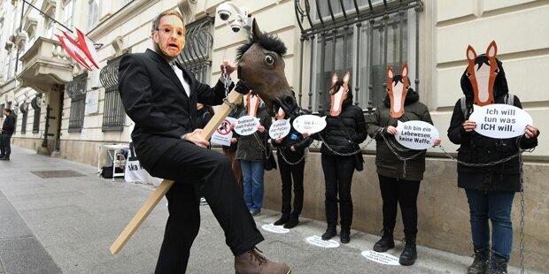 Tierschützer-Protest gegen Polizeipferde