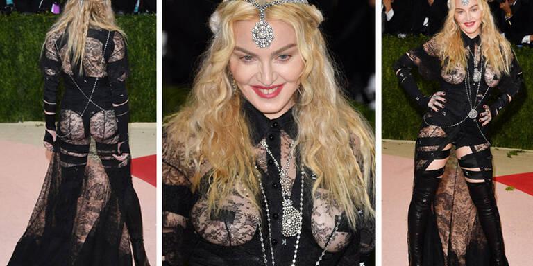 Nicht nur das Outfit ist schrecklich, auch irh Gesicht wurde vom Beauty-Doc gänzlich verunstaltet.