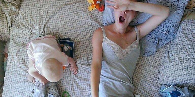 Nachdem eine russische Mutter immer wieder von ihren Freunden gesagt bekam, dass sie es gut hat, nicth arbeiten zu müssen, sondern zu Hause mit ihrem Kind entspannen zu können, dokumentierte sie ihren Alltag in Karenz mit einem Selfie-Stick.
