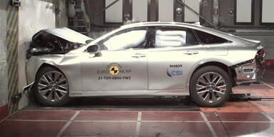 Audi Q4 e-tron und Toyota Mirai im Crashtest