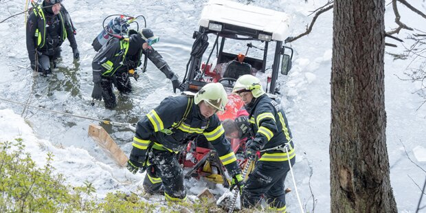 Mann brach mit Traktor auf See ein: tot